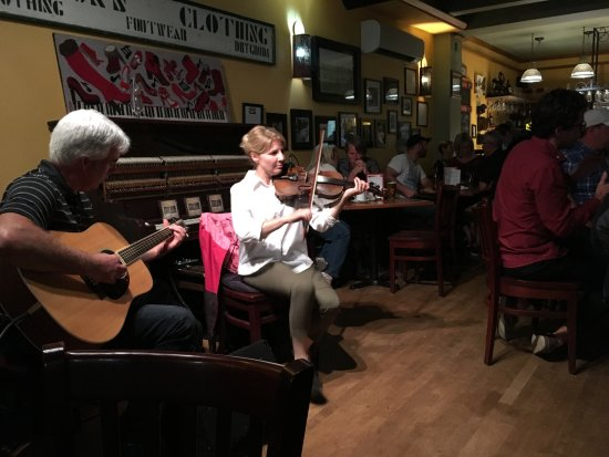 The Red Shoe Pub: Entertainers