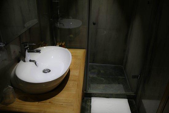 Hotel Vardar: Room 108 bathroom