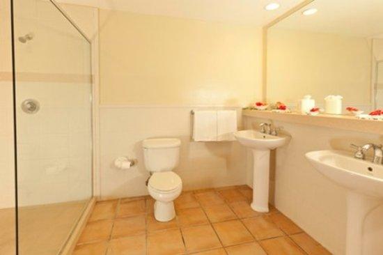 Mamora Bay, แอนติกา: Beachfront Room Bathroom