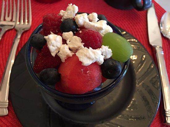 Adobe Rose Inn: Lovely fruit salad for breakfast