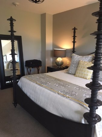 Bedford Village Inn: Four poster bed