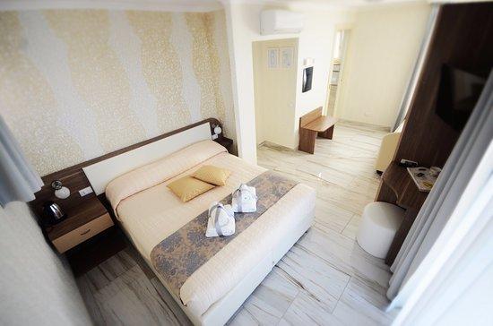 Camera con letto a castello e balcone privato - Picture of Rome ...
