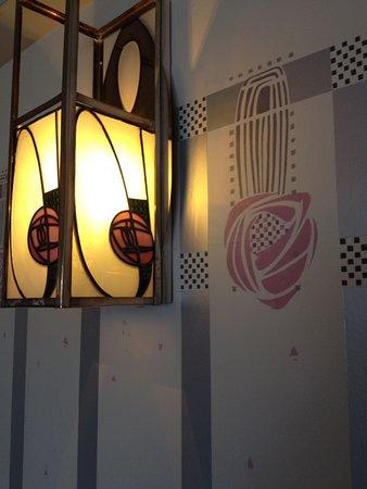 Hill House: Détails de fresque et luminaire (salon).