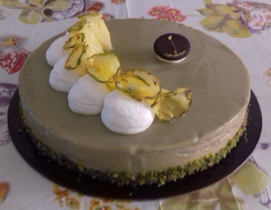 Caffe delle Rose: torta semifreddo al gusto di mandorle con copertura al pistacchio