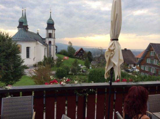 Blick von der Terrasse auf die Wallfahrtskirche Bildstein