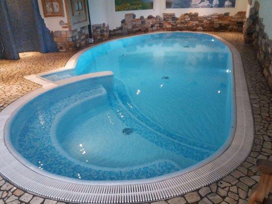 Ossana, Italy: Piscina con idromassaggio e cascata attivabile... ottima per relax pre-cena...