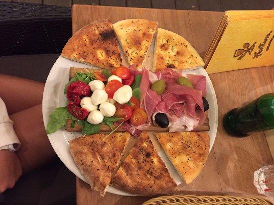 Slovenj Gradec, Eslovenia: FOCACCIA (pizza bread) chiesta con pomod mozzarella prosc e olive