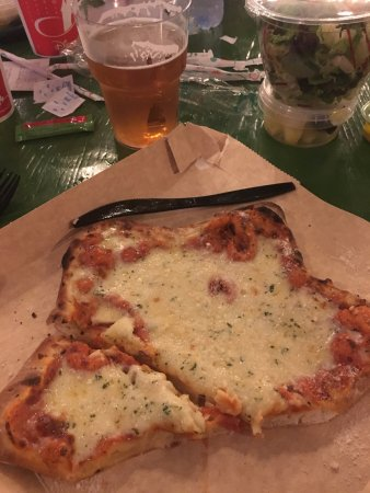 Colonel Hathi's Pizza Outpost: pizza 3 fromages + biere ;)