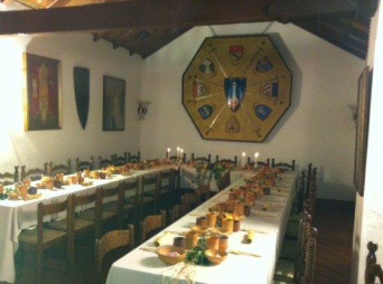 Legnano, Italien: Sala d'armi- Allestimento di una cena medioevale