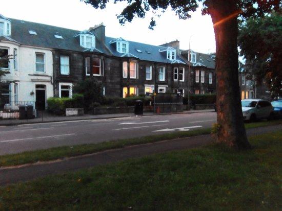 Crioch Guest House: vue de la chambre d hote photo prise du parc devant