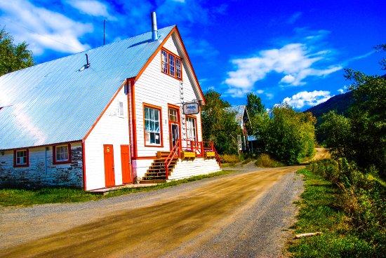 Telegraph Creek, Canada: Ristorante/Motel ubicato in riva al fiume