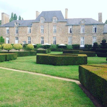 """Bazouges-La-Perouse, France: Jardines increíbles y piscina """"Zen"""""""