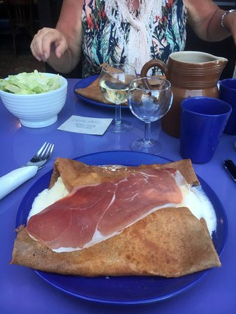 Luzy, Francia: very tasty and generous galette