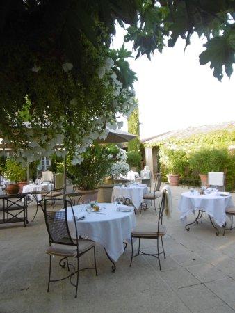 Domaine de Capelongue : la terrasse dressée pour le petit dejeuner