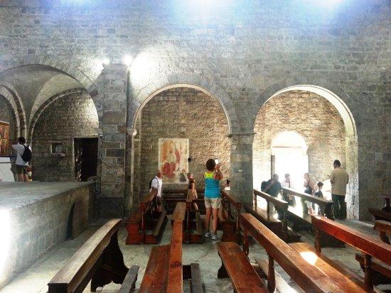 Capo di Ponte, Italia: Pieve di San Siro - colonnato di destra verso ingresso