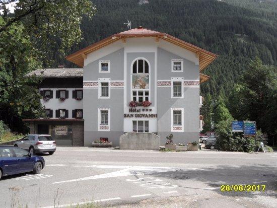 """Hotel San Giovanni: Facciata """" storica """" sulla S.S. Dolomites e imbocco per il Passo Costalunga"""