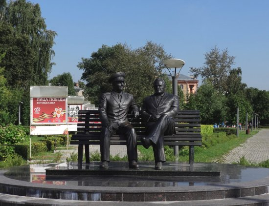 ‪Monument to Sergey Korolev and Yuriy Gagarin‬