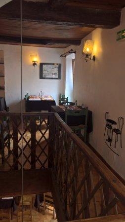 Banon, فرنسا: Accès à la salle du haut, par un vieil escalier et u,e rampe tout aussi sympathique.