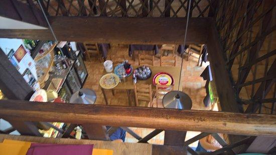 Banon, Fransa: vue sur la salle du bas, photo floue également