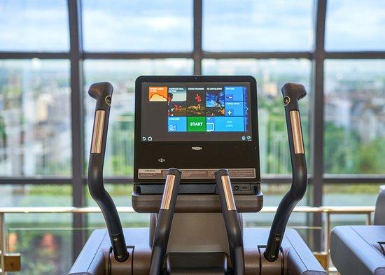 Jumeirah Carlton Tower: The Peak Health Club & Spa - Cross trainer with view