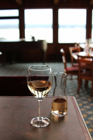 Quathiaski Cove, Canada: Nice glass of Canadian wine!