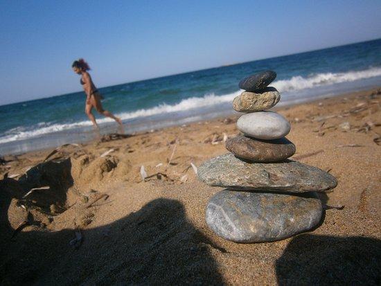 Molos Beach: Plage de sable et petits cailloux, mer  transparente