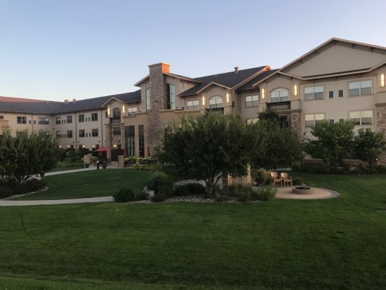 Sioux Falls ClubHouse Hotel & Suites: This was the most luxurious sophisticated hotel. From cookies in the foyer to s'mores in the yar