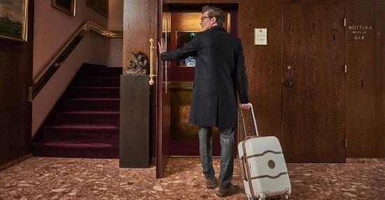 Hotel Holt: Entrance and Elevator