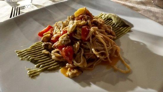 Montescudo, Italia: tagliolini vongole, pomodorini su crema di avocado