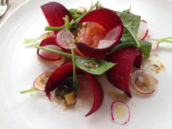 Le Verger des Kouros : Entrée : gravelax de saumon sur lit de quinoa, avec des lamelles de betterave crue et de radis