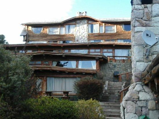 Cabanas La Deseada: Esta es la vista desde el lago Nahuel Huapi, la entrada es por Av. Bustillo