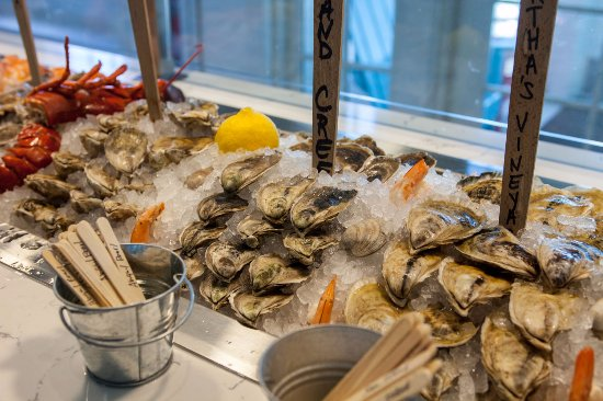 Kittery, ME: So much to choose from the raw bar