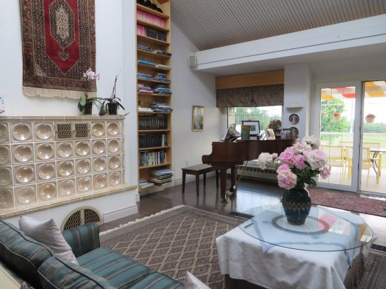 Mansfield, Canada: Living Room with Kachelofen