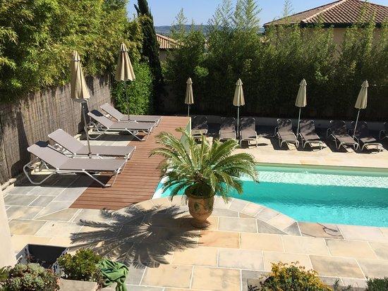 Roujan, Frankrike: The 'top deck' sunbathing terrace