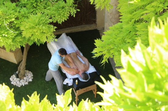 Roujan, فرنسا: Treat yourself to a massage in the garden or in your suite