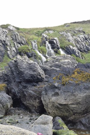 Portpatrick, UK: Small waterfall from the beach