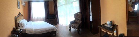 Longmen County, China: 當天入住了別墅樓層,大廳是共用的,不過,總算乾淨整潔,至於房間雖然舊,但床也舒適企理,唯浴室真的要改善一下,花灑水力不夠,而浴室敞門膠邊也鬆了兼流水,洗澡後外面地下也濕了。至於溫泉就不過不失,