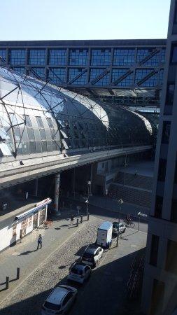 MEININGER Hotel Berlin Hauptbahnhof: Vista de la estación de tren desde las habitaciones.
