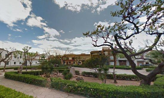Chilches, Spanien: Jardín en Plaza Santísimo Cristo de La Junquera, junto a la estación de tren de Xilxes