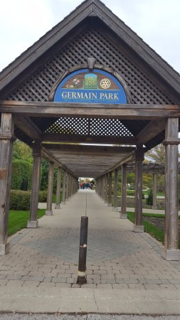 Sarnia, Kanada: Germain Park archway at East Street
