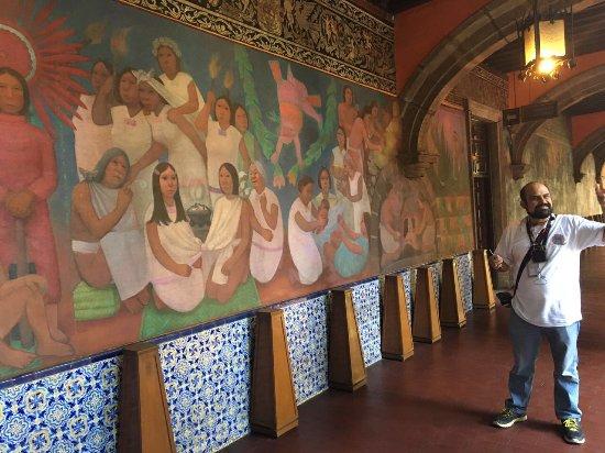 """Naucalpan, Mexico: Explicación sobre el mural """"La Historia de la medicina en México"""", Hospital de Jesus."""