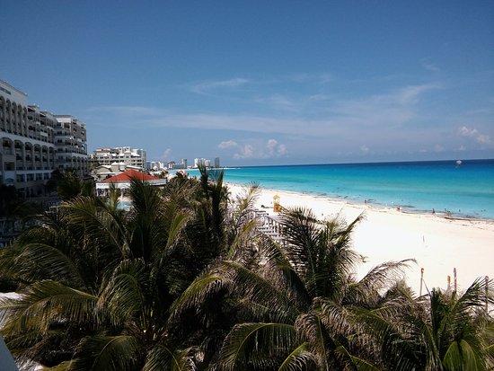 Flamingo Cancun Resort: Vista de la playa desde la habitación con vista al mar