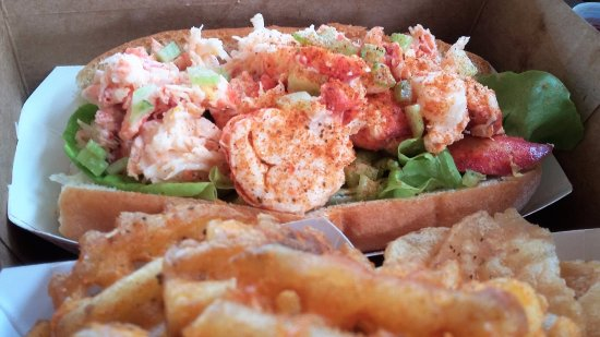 Pultneyville, Нью-Йорк: lobster roll with waffle fries...