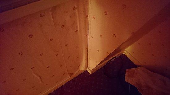 Saint-Saud-Lacoussiere, Fransa: papier peint se décollant