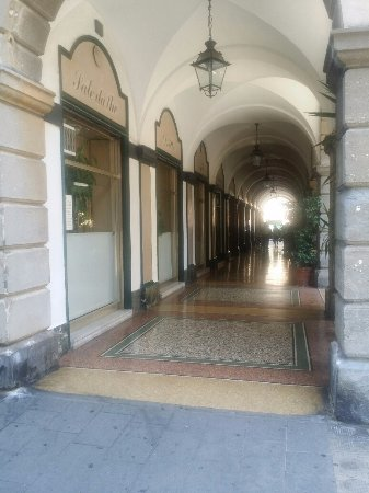 Gran Caffe Defilla: alcune vetrine che affacciano sul portico di Via Rivarola