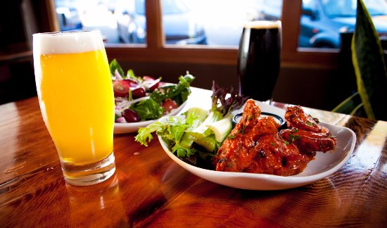 White Salmon, Etat de Washington : Chase down these tasty wings with a Local Logger Lager!