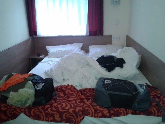 Tegernheim, เยอรมนี: La stanza è larga quasi quanto il letto. Causa mancanza di armadio... scusate il disordine!