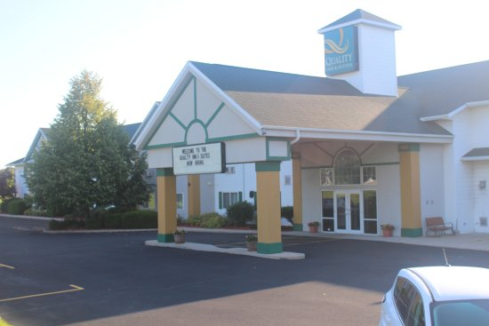 Quality Inn & Suites of Stoughton: Front entrance