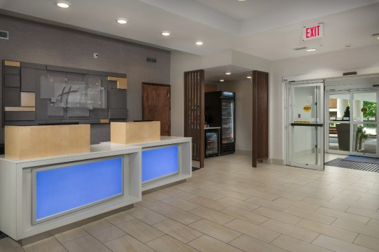 Holiday Inn Express and Suites Independence: Lobby