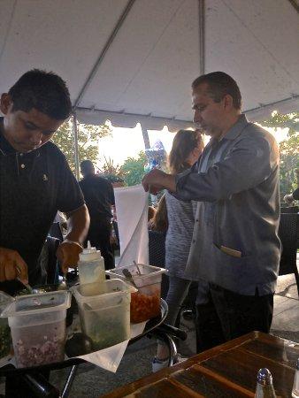 Brewster, État de New York : Owner helping a waiter make guacamole